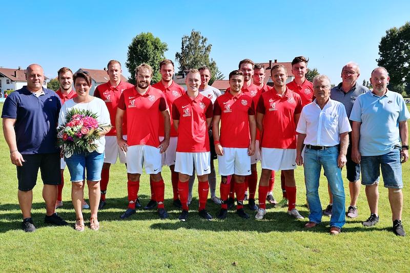 Firma Mühlhans Pilsting sponsert neue Dressen für die Seniorenmannschaft des TSV Pilsting